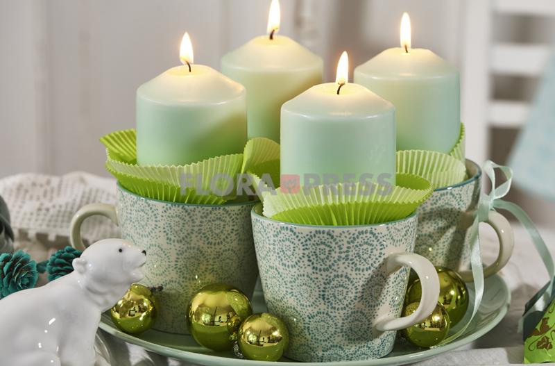 Mintfarben: Adventskranz mit Bechern, Manschetten, Kerzen und Kugeln