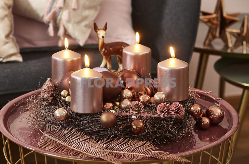 Kupfer: Adventskranz aus Zweigen - mit kupferfarbener Dekoration, Kerzen und Kugeln