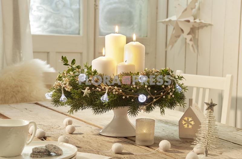 Adventskranz aus Tanne und Buchsbaum - mit weißen Kerzen, Perlenschmuck und einer Lichterkette