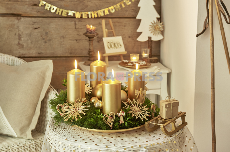 Klassischer Adventskranz - 'Hüttenzauber' mit goldenen Kerzen und Naturmaterial