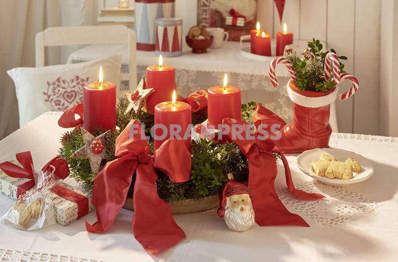 Klassischer Adventskranz mit roten Kerzen, roten Schleifen und Sternen aus Birkenrinde