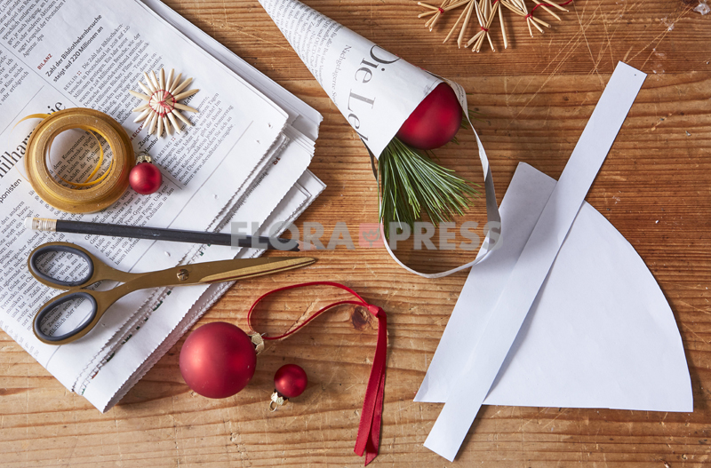 Fröhliche Weihnachten mit Zero Waste - Step: Geschenktüten aus Zeitungspapier herstellen und festkleben
