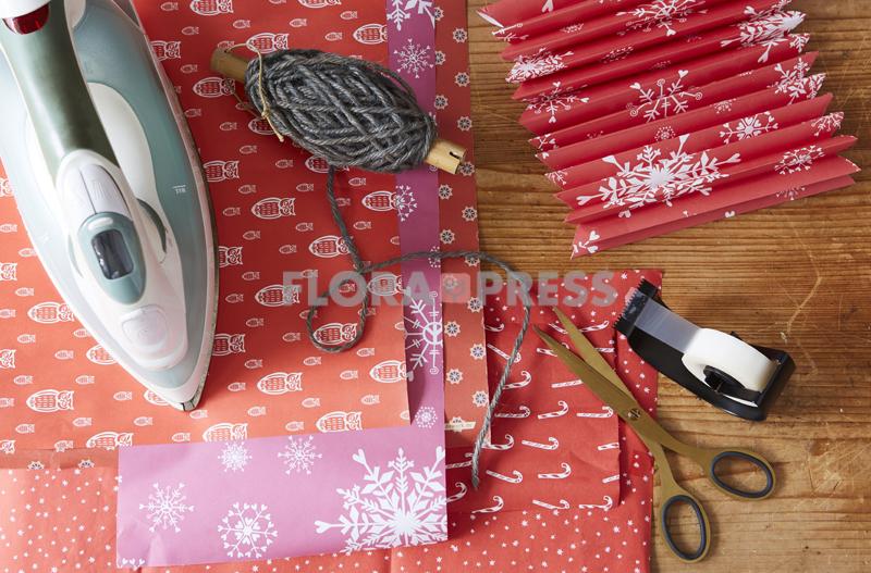 Fröhliche Weihnachten mit Zero Waste - Step: gebrauchtes Papier zurechtschneiden, bügeln und falten