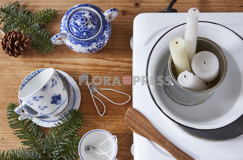 Fröhliche Weihnachten mit Zero Waste - Step: Kerzenreste im Wasserbad schmelzen und zusammen mit einem Docht in Vintage-Tassen gießen