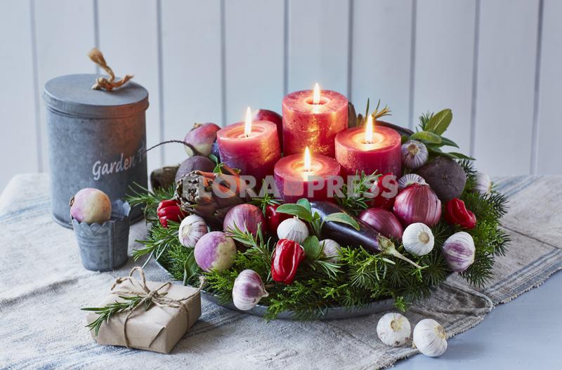 Adventskranz mit Gemüse und Kräutern (Navetten, Artischocken, Auberginen, Chili, Knoblauch, Rote Zwiebeln, Rosmarin und Salbei) - plus Materialfoto